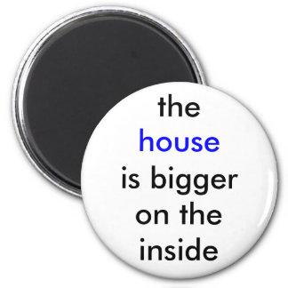 La casa es más grande en el interior imán redondo 5 cm