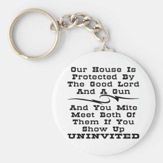 La casa es protegida por el buen señor y un arma llaveros