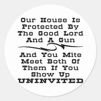 La casa es protegida por el buen señor y un arma pegatina redonda