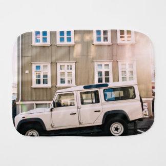 La casa temática, un camión blanco del jeep se paños de bebé