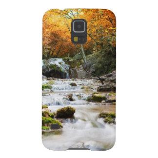 La cascada hermosa en el bosque, otoño carcasa galaxy s5