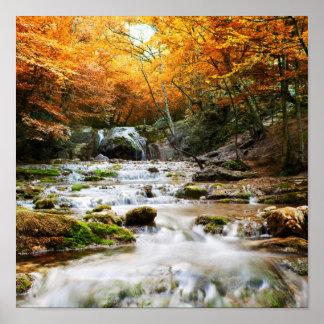 La cascada hermosa en el bosque, otoño póster
