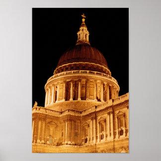 La catedral brilla intensamente en el poster del S
