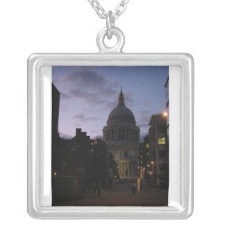 La catedral de San Pablo en el collar crepuscular
