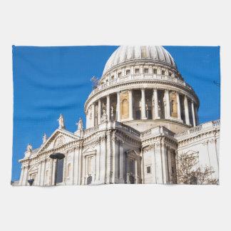 La catedral Londres de San Pablo con el cielo azul Toalla