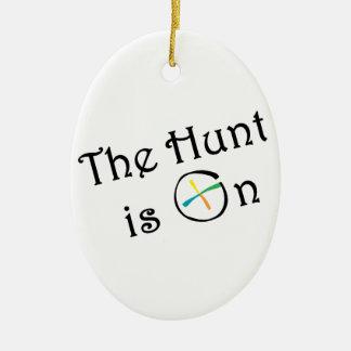 La caza está prendido adorno navideño ovalado de cerámica