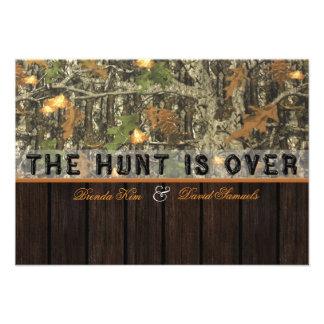 La caza está sobre la invitación de madera del bod