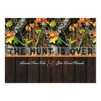 """La caza está sobre las invitaciones de madera del invitación 5"""" x 7"""""""