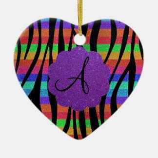 La cebra del arco iris del brillo raya monogramas adorno navideño de cerámica en forma de corazón