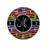 La cebra del brillo del arco iris del monograma ra reloj de pared