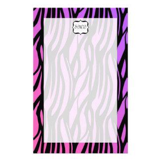 La cebra púrpura/rosada caliente raya el monograma  papeleria de diseño