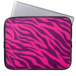 La cebra púrpura rosada de moda raya el estampado  fundas computadoras