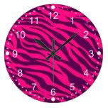 La cebra púrpura rosada de moda raya el estampado  reloj de pared