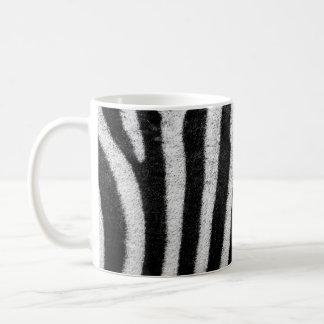 La cebra raya la taza de la taza de café del