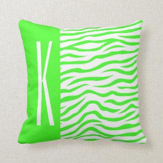 La cebra verde y blanca de neón raya el estampado almohadas