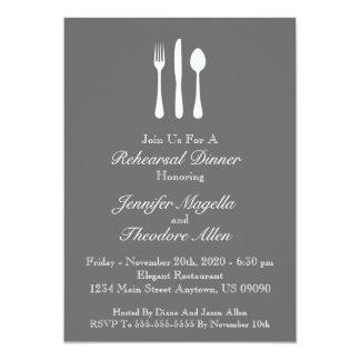 La cena con clase del ensayo de los utensilios invitación 12,7 x 17,8 cm