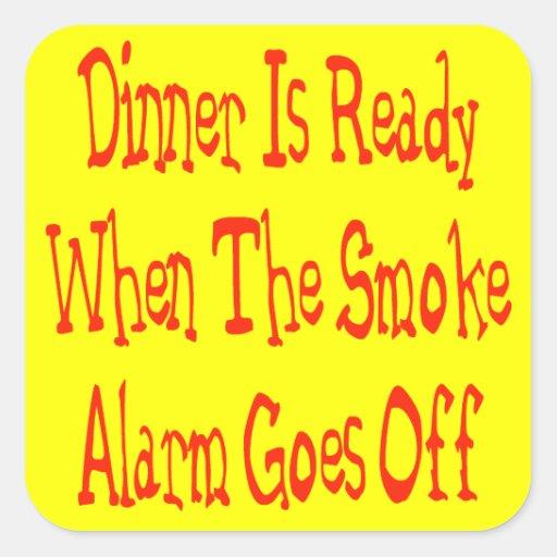 La cena está lista cuando se apaga la alarma de pegatina cuadrada