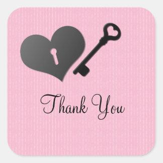 La cerradura rosada y la llave del corazón le calcomanía cuadrada personalizada