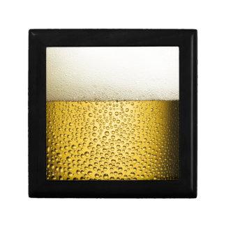 La cerveza burbujea la bebida ambarina de la cajas de joyas