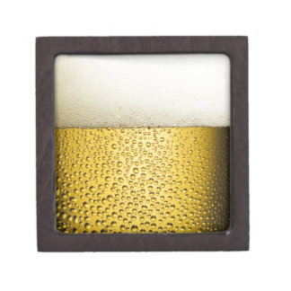 La cerveza burbujea la bebida ambarina de la caja de recuerdo de calidad