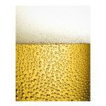 La cerveza burbujea la bebida ambarina de la plantilla de membrete