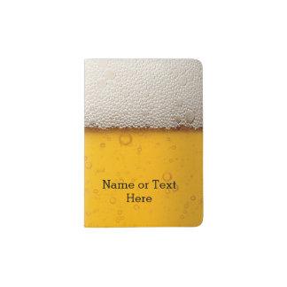 La cerveza burbujea modelo del fondo porta pasaporte