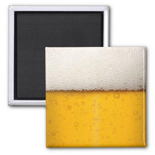 La cerveza burbujea primer imán cuadrado