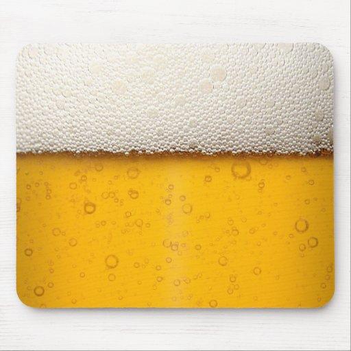 La cerveza burbujea primer tapetes de ratón