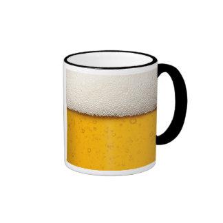 La cerveza burbujea primer taza de café