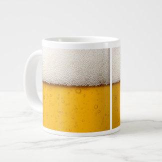La cerveza burbujea primer taza grande