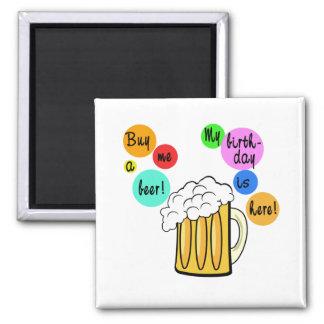La cerveza coloreada burbujea camiseta del cumplea imán