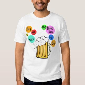 La cerveza coloreada burbujea camiseta del polera