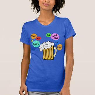 La cerveza coloreada burbujea camiseta del poleras
