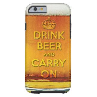 La cerveza divertida de la bebida y continúa