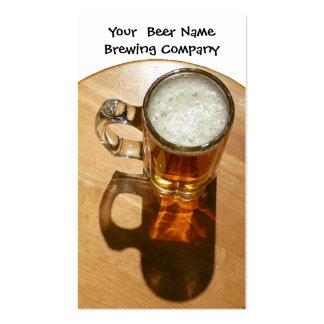 La cerveza en la taza para la cervecería o elabora tarjeta personal