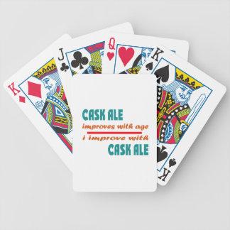 La cerveza inglesa del barril mejora con edad barajas de cartas