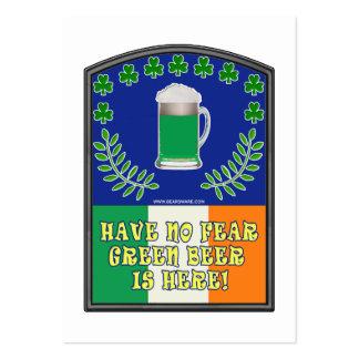 La cerveza irlandesa verde está aquí plantilla de tarjeta de visita