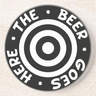 La cerveza va aquí práctico de costa en negro posavasos personalizados