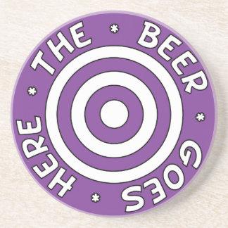 La cerveza va aquí práctico de costa en púrpura posavasos diseño