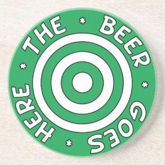 La cerveza va aquí práctico de costa en verde posavasos personalizados