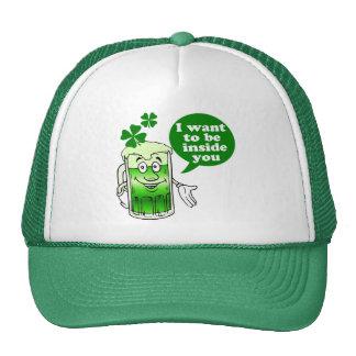 La cerveza verde quiere estar dentro de usted gorro de camionero