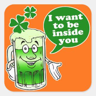 La cerveza verde quiere estar dentro de usted pegatina cuadradas personalizadas
