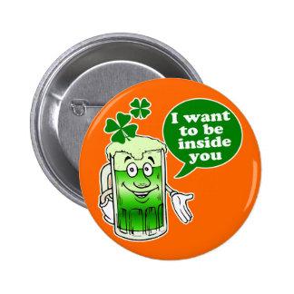 La cerveza verde quiere estar dentro de usted pin redondo de 2 pulgadas