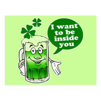 La cerveza verde quiere estar dentro de usted tarjeta postal