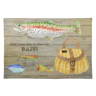 La cesta de la pesca de la trucha de la cabina del manteles