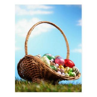 La cesta llenó de los huevos de Pascua en la Postales