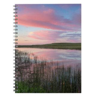 La charca de la pradera refleja las nubes libros de apuntes con espiral
