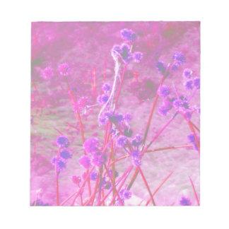 La charca púrpura planta el fondo libreta para notas