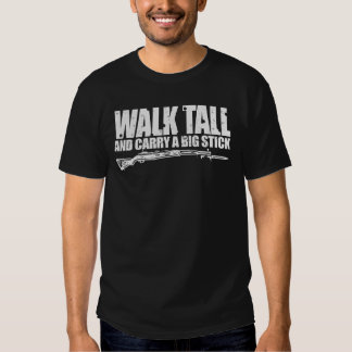 La charla del paseo y lleva una camiseta de la remera
