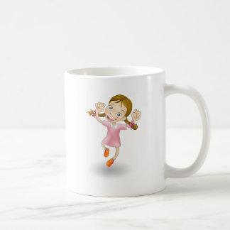 La chica joven que salta para la alegría taza